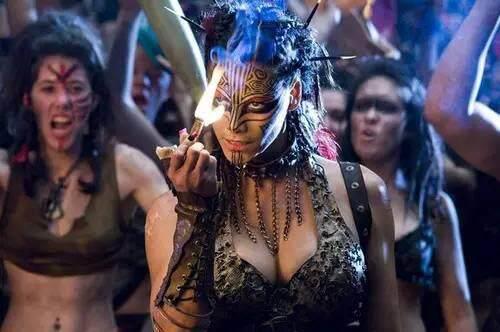 她抽烟 喝酒 打架 纹身