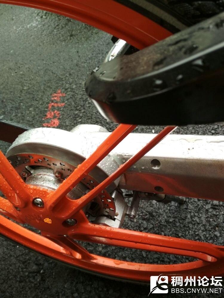 后轮碟刹,居然后轮还是碟刹的。完美