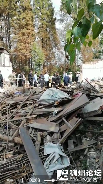 (图为13日村民被拉出家门强拆,和工作人员争吵视频截图)