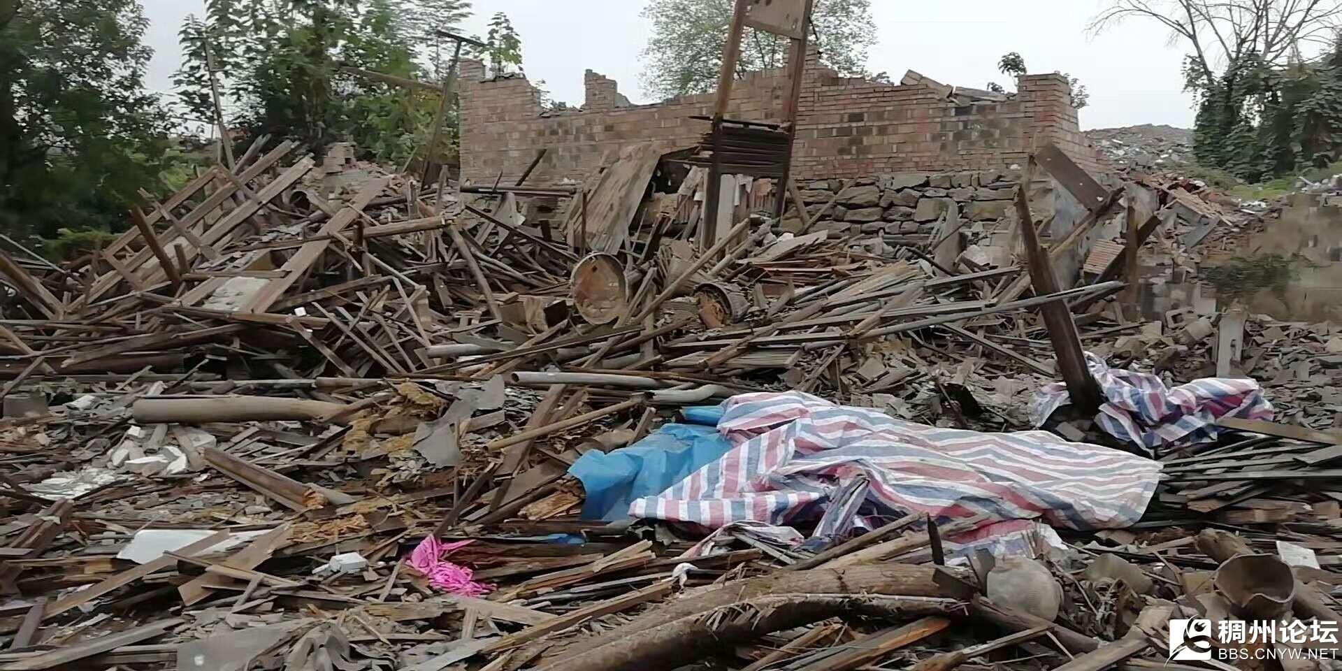 (图为倒塌前,老屋本是连着的院子,隔壁已经倒了,因此用了篷布遮挡)