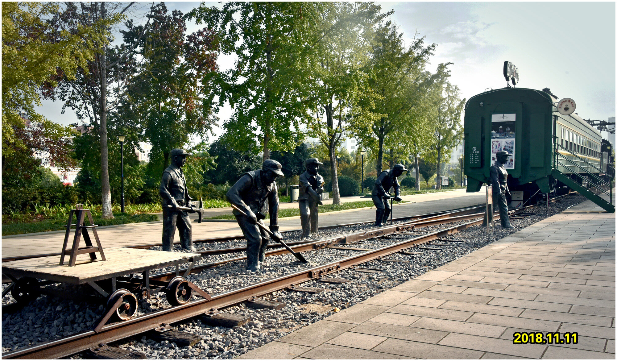 DSC_4257铁路工人雕塑 2.jpg