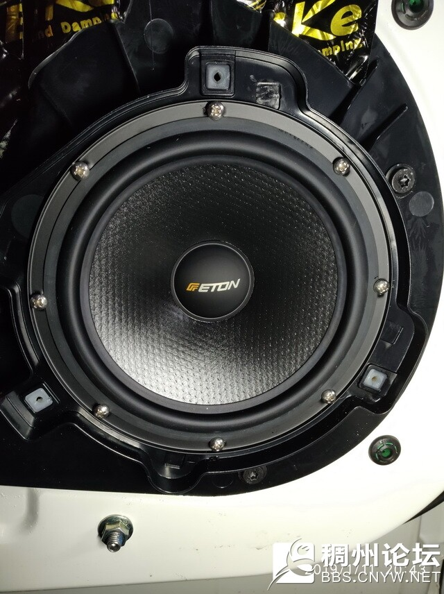 9,德国伊顿172.2中低音喇叭安装在汽车原位.jpg